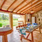 Finca Mallorca MA53473 überdachte Terrasse mit Blick in den Garten