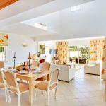Ferienhaus-Algarve-ALS4601-Esstisch-im-Wohnbereich