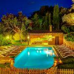Ferienhaus Costa Brava CBV63516 Pool mit Grillhaus am Abend