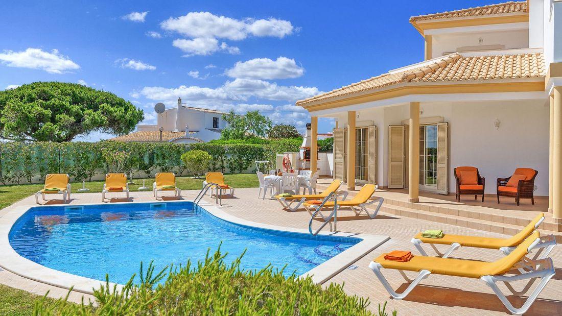Villa-Algarve-ALS4608-Poolterrasse-mit-Liegen