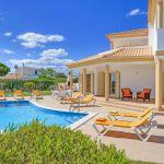Villa-Algarve-ALS4608-Poolterrasse-mit-Sonnenliegen