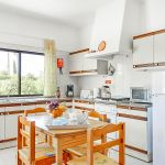 Ferienhaus-Algarve-ALS3017-Küche-mit-Tisch