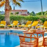 Ferienhaus-Algarve-ALS4614-Gartenmöbel-am-Swimmingpool