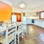 Ferienhaus-Algarve-ALS4614-offene-Küche-mit-Tisch