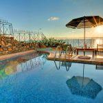 Ferienhaus Kreta KV12283 Pool mit Sonnenschirm in der Dämmerung