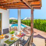 Ferienhaus-Zypern-ZYS3733-Esstisch-auf-der-Terrasse