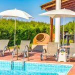 Ferienhaus-Zypern-ZYS3733-Poolterrasse-mit-Gartenmöbel