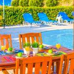 Ferienhaus-Zypern-ZYS3735-Esstisch-auf-der-Terrasse