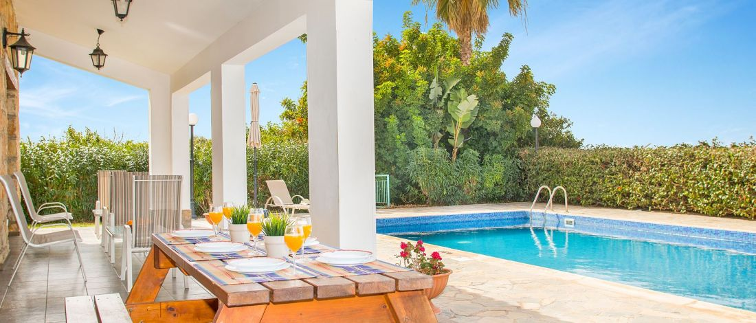 Ferienhaus-Zypern-ZYS4741-Esstisch-auf-der-Terrasse
