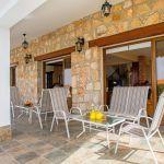 Ferienhaus-Zypern-ZYS4741-Terrasse-mit-Gartenmöbel