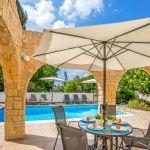 Ferienhaus-Zypern-ZYS3738-Sonnenschirm-mit-Gartenmöbel