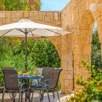 Ferienhaus-Zypern-ZYS3738-Terrasse-mit-Gartenmöbel