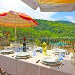 Ferienhaus Toskana TOH401 Esstisch mit Sonnenschirm