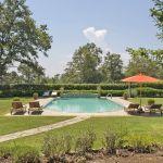 Ferienhaus Toskana TOH630 Poolbereich mit Liegen und Sonnenschirm