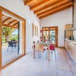 Ferienhaus-Mallorca-MA3612-Küche-mit-Zugang-zur-Terrasse