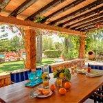 Ferienhaus Cala Sanau MA2210 Esstisch auf der überdachten Terrasse