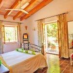 Ferienhaus Cala Sanau MA2210 Schlafraum mit Doppelbett