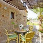 Ferienhaus Mallorca MA2097 schattenspendende Terrasse mit Tisch