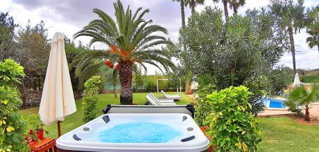 Mallorca Nordküste – Ferienhaus Margalida 4262 mit Pool und großem Garten mit Pool, beheizbarem Whirlpool und Tennisplatz, Grundstück 3.700qm, Wohnfläche 200qm, Strand 5km. Wechseltag flexibel – Mindestmietzeit 1 Woche.