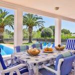 Villa Mallorca MA4655 Esstisch auf der überdachten Terrasse