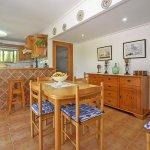 Ferienhaus Mallorca MA2004 offene Küche mit Esstisch