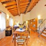 Ferienhaus Toskana TOH402 Esstisch im Wohnbereich