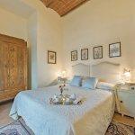 Villa Toskana TOH940 Schlafzimmer mit Doppelbett und Schrank