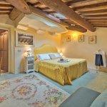 Villa Toskana TOH940 Schlafzimmer mit Schreibtisch und TV