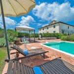 Villa Toskana TOH940 Sonnenliege und Sonnenschirm am Pool